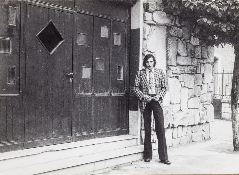 Oryginalni rocznik fotografii 60's mężczyzna outdoors obrazy stock