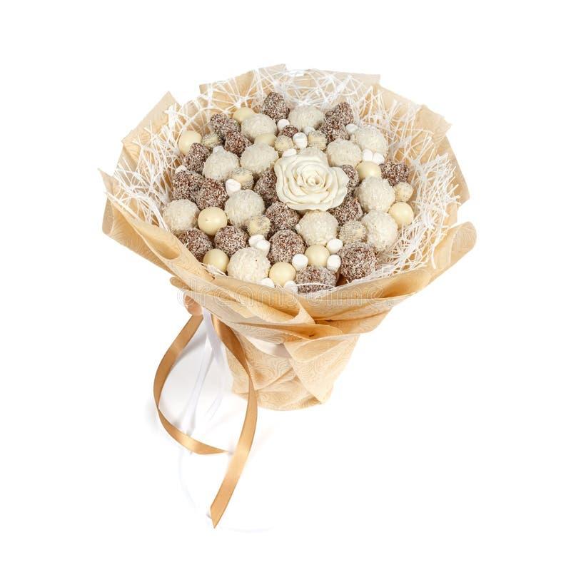 Oryginalny bukiet składa się wyśmienicie czekoladowych cukierki na białym tle obraz stock