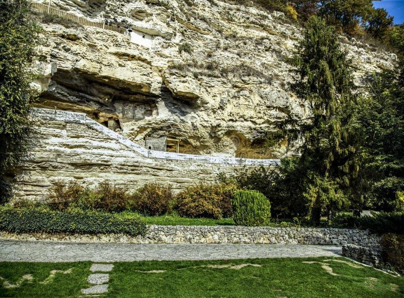 Oryginalny pojawienie monaster jest w skale zdjęcia stock