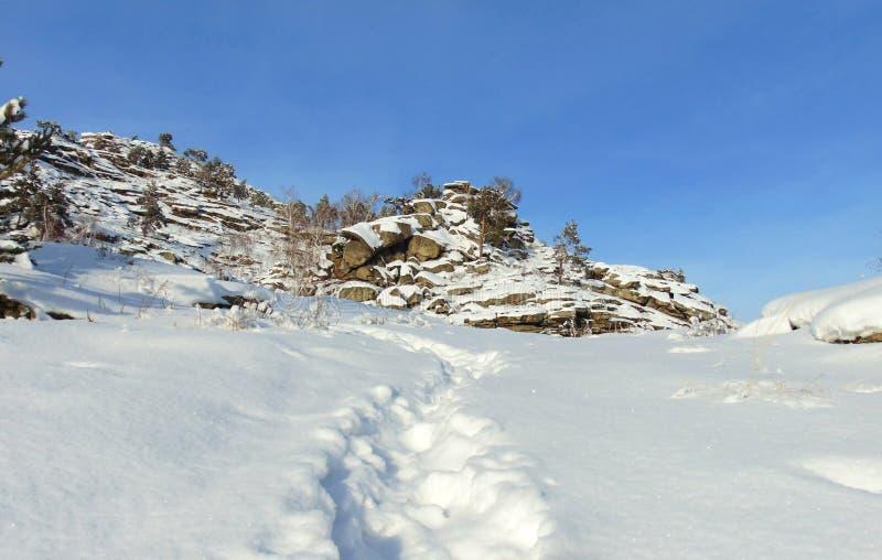 Oryginalny rockowy masyw, zima słoneczny dzień zdjęcie stock