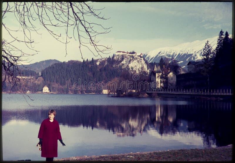 Oryginalny rocznika colour obruszenie od 1960s, kobiety pozycja jeziorem obraz royalty free