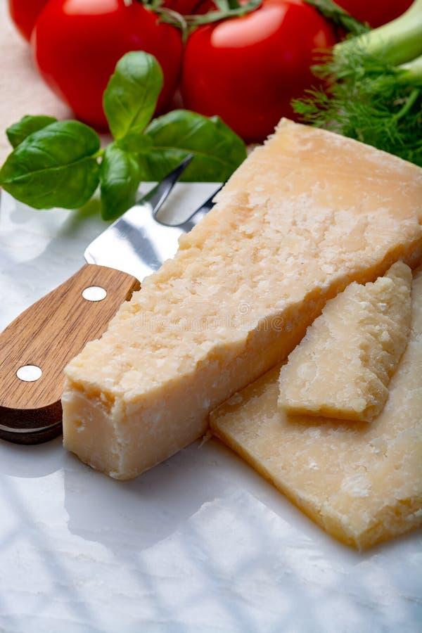 Oryginalny włoski ser, starzejący się Parmezański krowy mleka ser, kawałki parmigiano obrazy royalty free