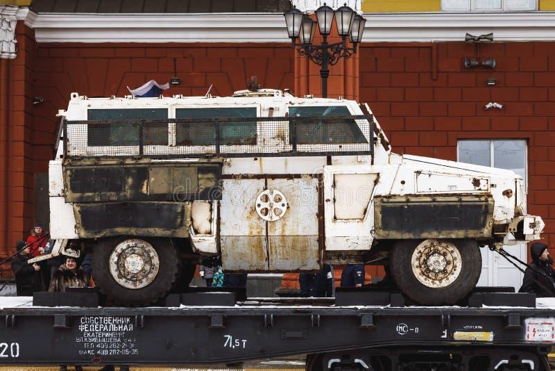 ORYOL, RUSIA - 25 DE FEBRERO DE 2019: Vehículo ligero blindado capturado en la plataforma del tren La fractura siria es acción de fotografía de archivo libre de regalías