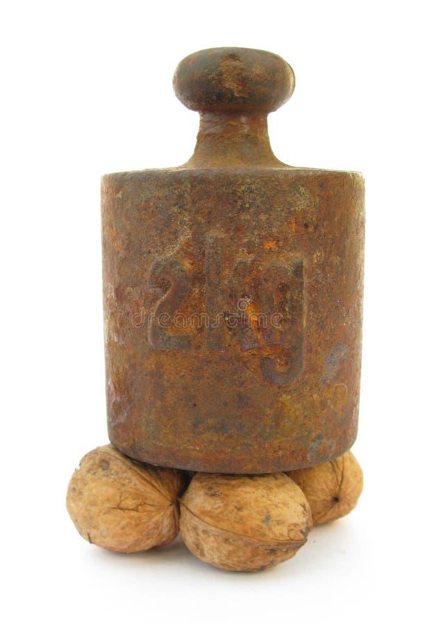 Orzech włoski pod starym żelaznym ciężarem obraz stock