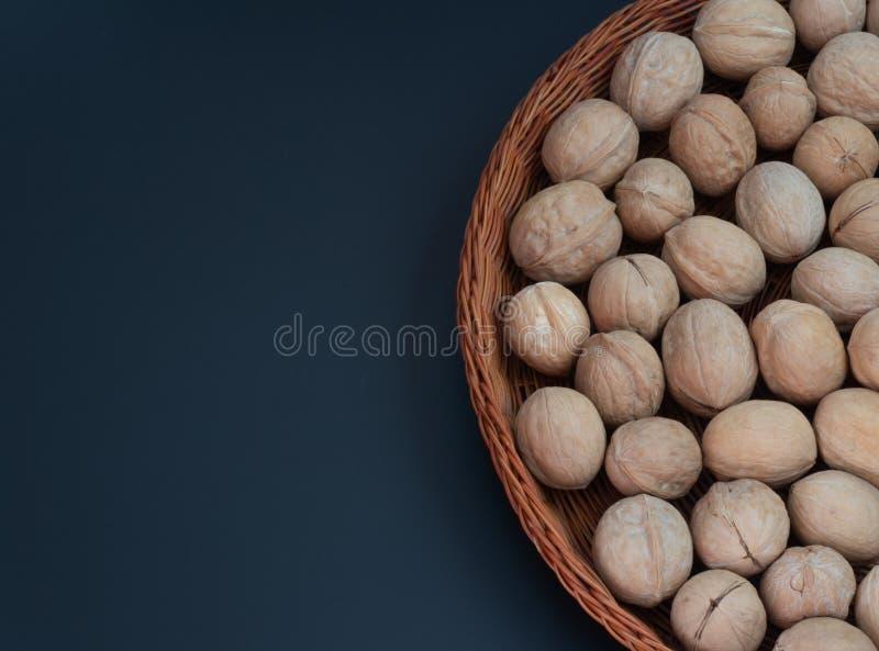 orzech włoski w koszu na tle fotografia royalty free