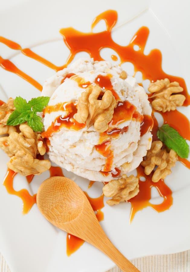 Orzecha włoskiego lody z karmelu kumberlandem fotografia royalty free