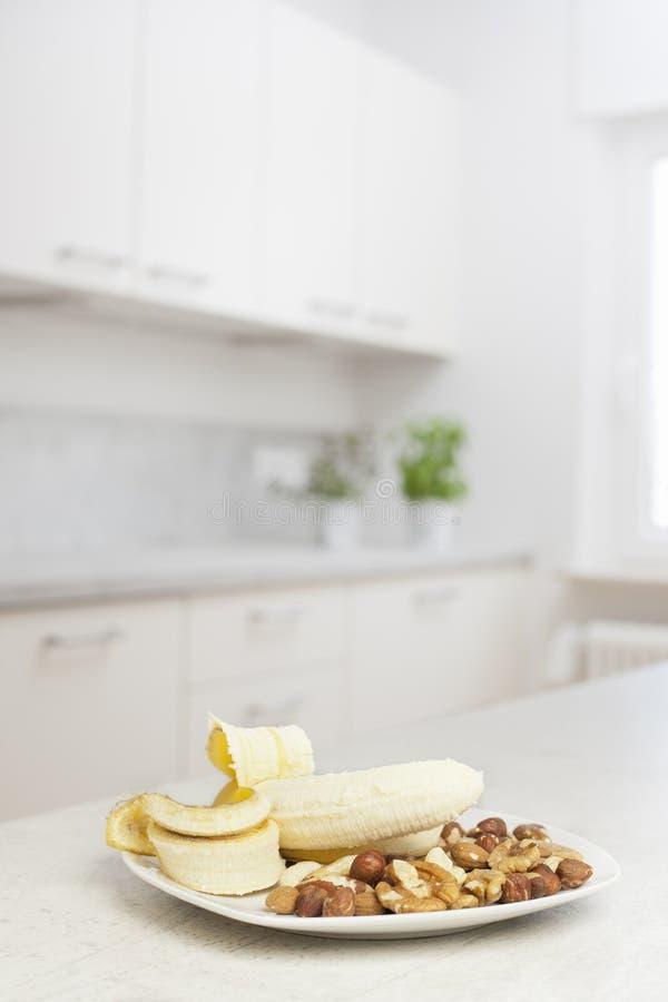 Orzechy i banan w białej kuchni zdjęcia stock