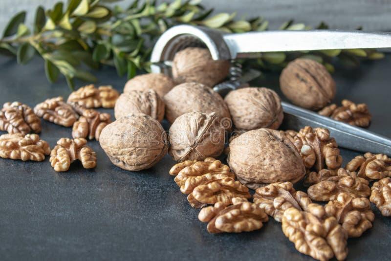Orzechy włoscy na czarnym tle, orzechów włoskich nasiona Zdrowy jedzenie od orzecha włoskiego obraz stock