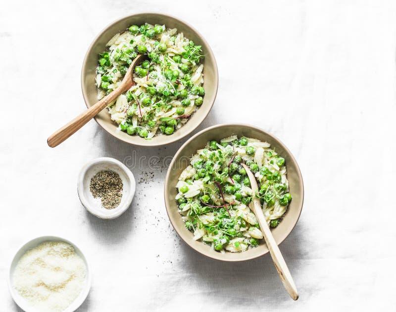 Orzo, groene erwten, risotto van de lentekruiden op een lichte achtergrond, hoogste mening Vegetarisch voedsel royalty-vrije stock afbeelding