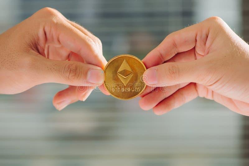Osäkerhet med bitcoin i handen, krig av bitcoin, handtagbitcoinintelligens royaltyfri bild