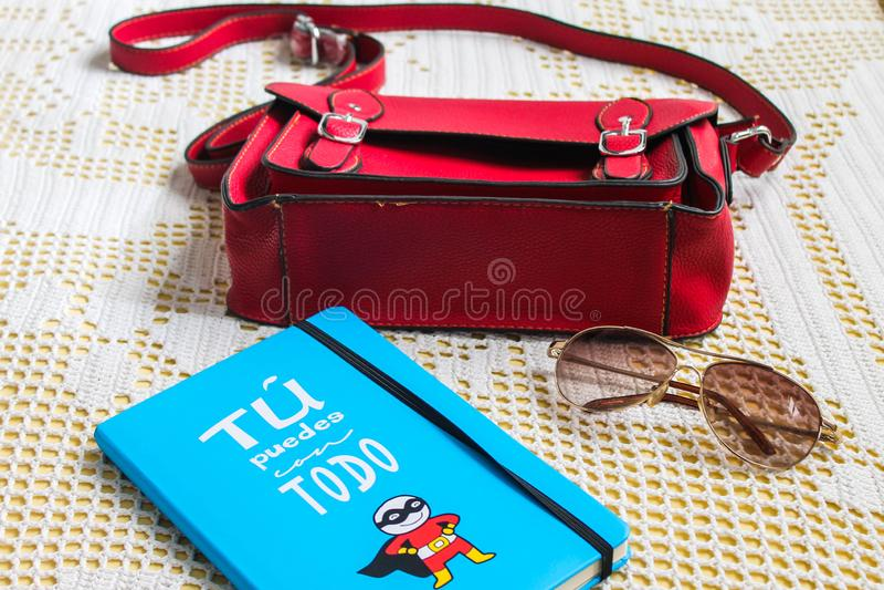 Os óculos de sol do saco registram viajantes do caderno fotos de stock royalty free