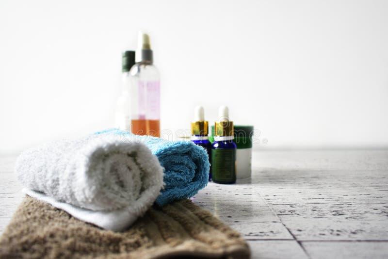 Os óleos que de toalhas do conceito dos termas o corpo esfrega mimam a higiene do bem-estar da beleza imagens de stock