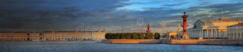 Os últimos raios do por do sol sobre o rio e o St Petersburg de Neva imagens de stock