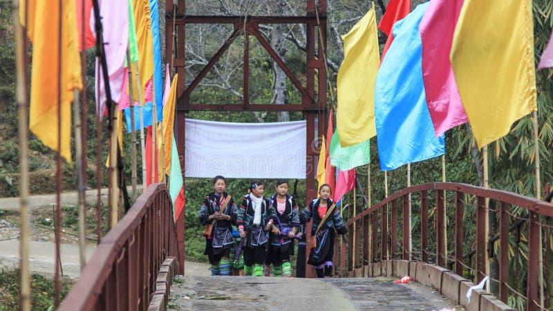 Os aborígenes das montanhas de Sapa, em Vietname norte, vestiram-se com seu vestuário tradicional e passeio em sua vila imagem de stock royalty free