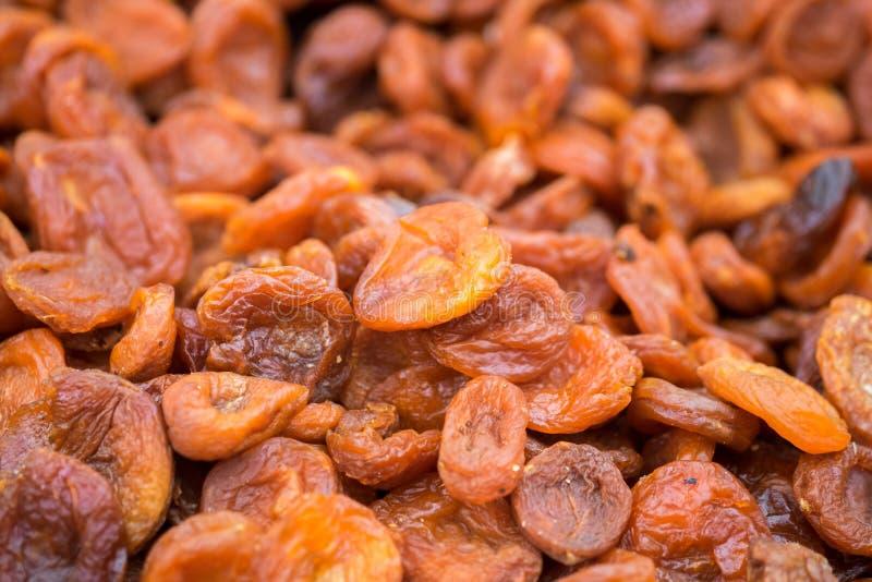 Os abricós secados do uzbek orgânico venderam no mercado local dos fazendeiros fotos de stock
