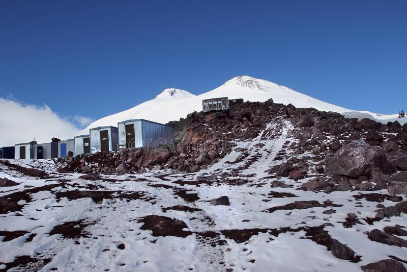 Os abrigos e o Monte Elbrus, Cáucaso, Rússia fotos de stock royalty free