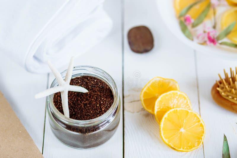 Os acessórios da aromaterapia dos termas e do banheiro com limão frutificam imagem de stock