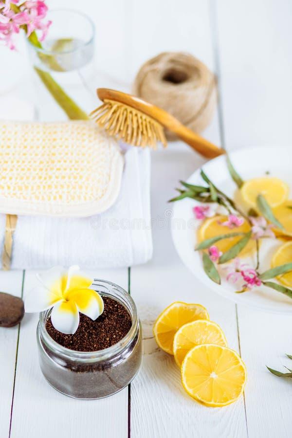 Os acessórios da aromaterapia dos termas e do banheiro com limão frutificam o coco do café esfrega a toalha do jacinto fotografia de stock
