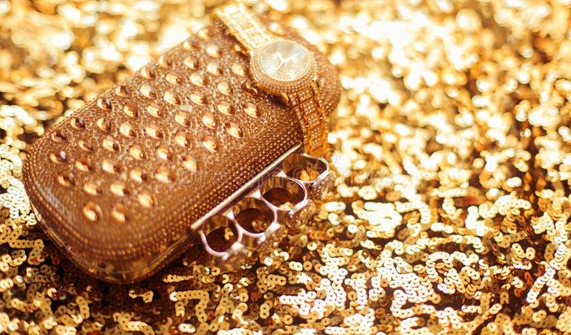 Os acessórios das mulheres douradas da forma Relógio de pulso e bolsa ricos, sobre imagens de stock