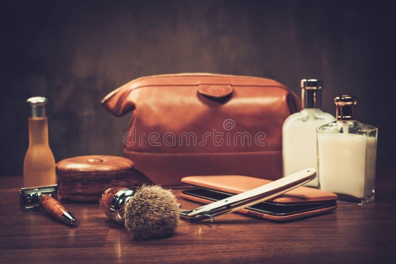 Os acessórios do cavalheiro em uma placa de madeira luxuosa fotografia de stock royalty free