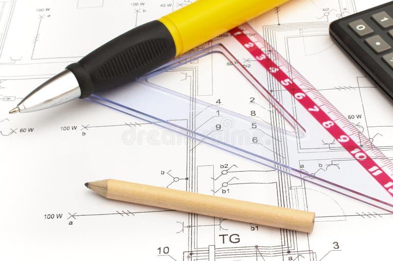 Os acessórios e a calculadora do desenho no alojamento planeiam, o conceito home do custo da construção fotos de stock