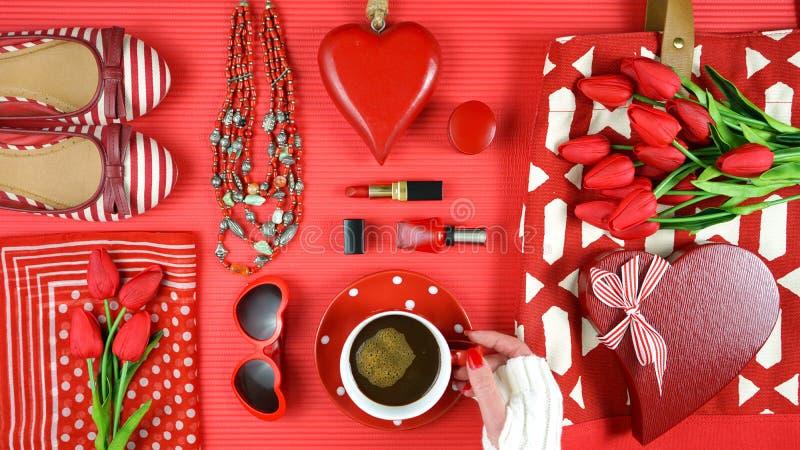 Os acessórios femininos vermelhos viajam conceito de embalagem de compra do planeamento flatlay fotos de stock