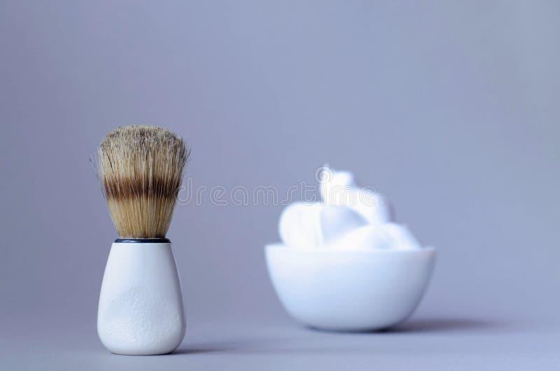 Os acess?rios dos homens para barbear em um fundo cinzento imagens de stock