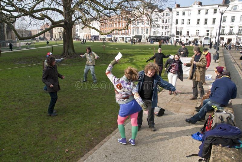 Os activistas de Exeter dançam no verde da catedral imagens de stock royalty free