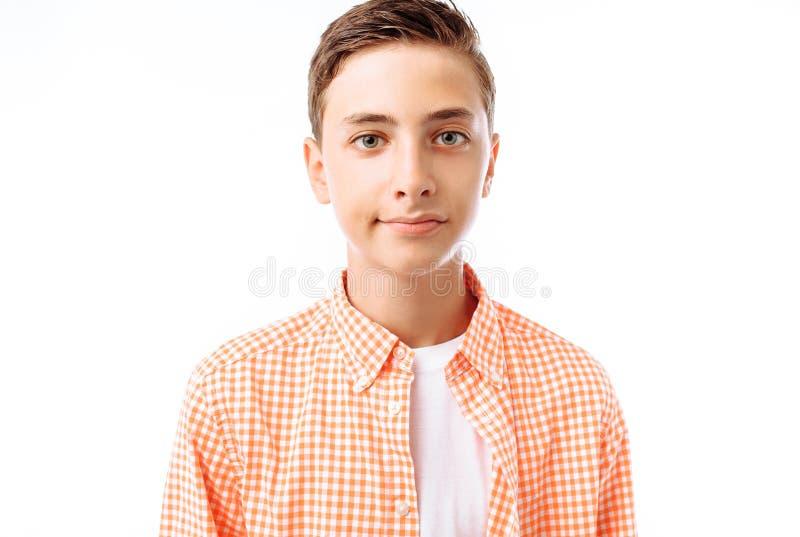 Os adolescentes dos meninos, estudantes ou alunos, em um fundo branco no estúdio, vão à escola, preparando-se para o dia escolar foto de stock
