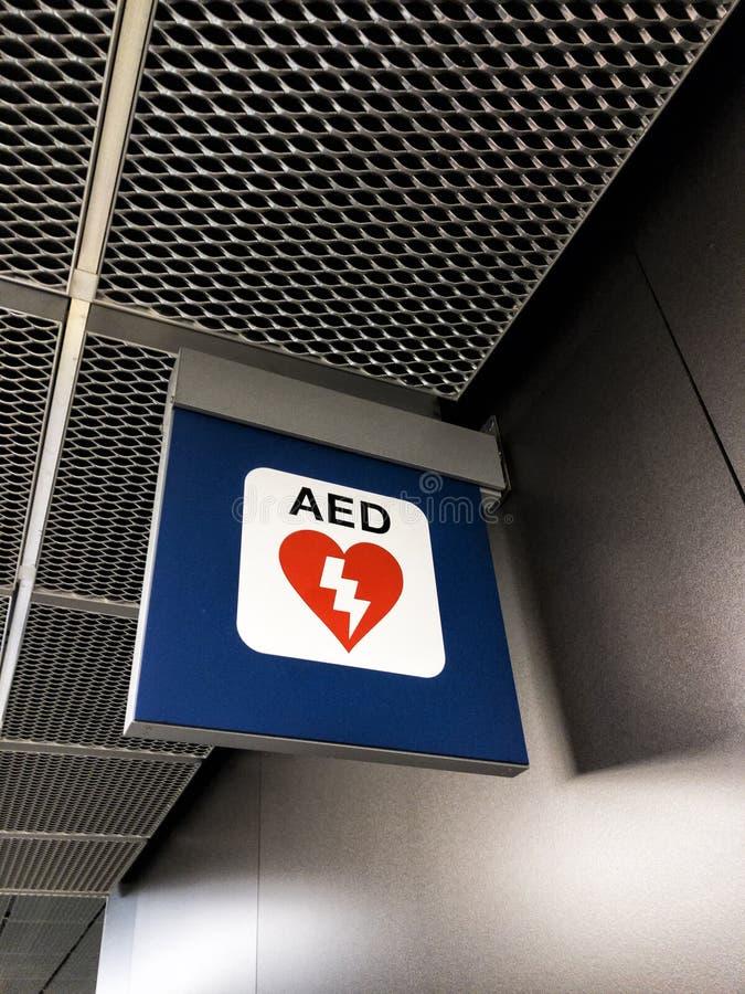 Os AED assinam dentro um ariport imagem de stock