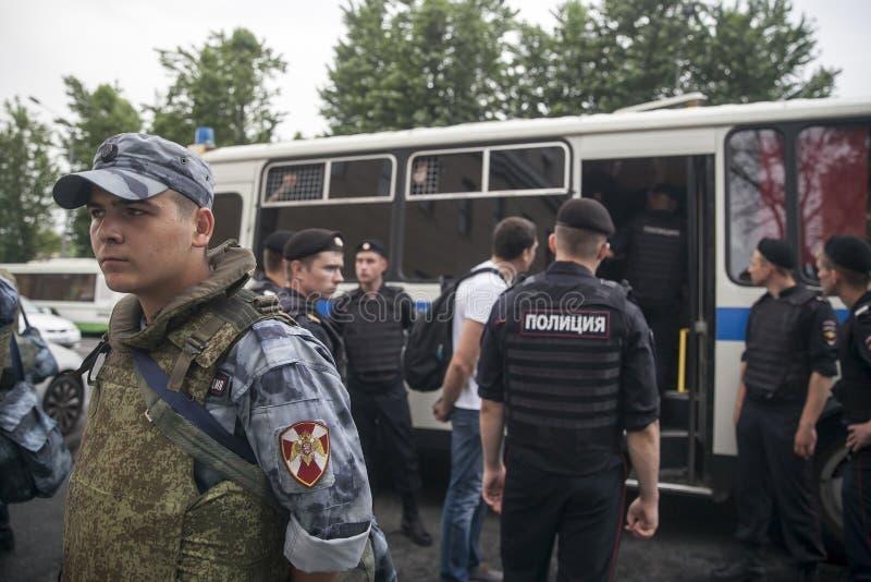Os agentes da autoridade detêm o participante durante a reunião A polícia e as centenas de demonstradores enfrentaram fora em Mos imagem de stock