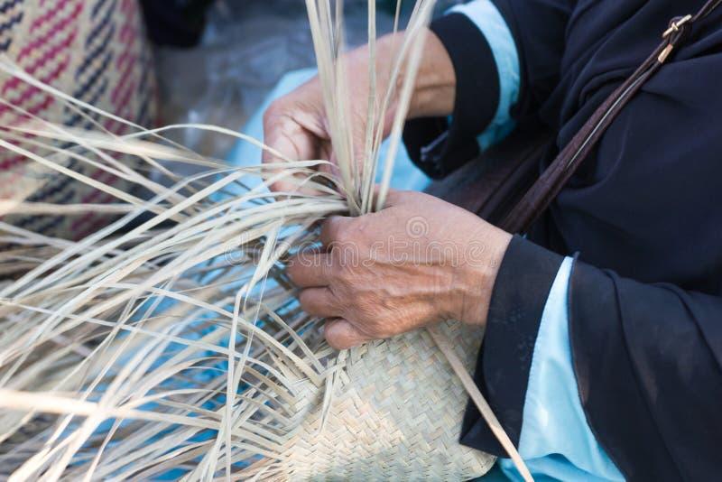 Os aldeões tomaram as listras de bambu ao weave em formulários diferentes para utensílios diários do uso fotografia de stock royalty free