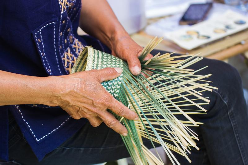 Os aldeões tomaram as listras de bambu ao weave em formulários diferentes para utensílios diários do uso dos povos dos communityâ fotografia de stock