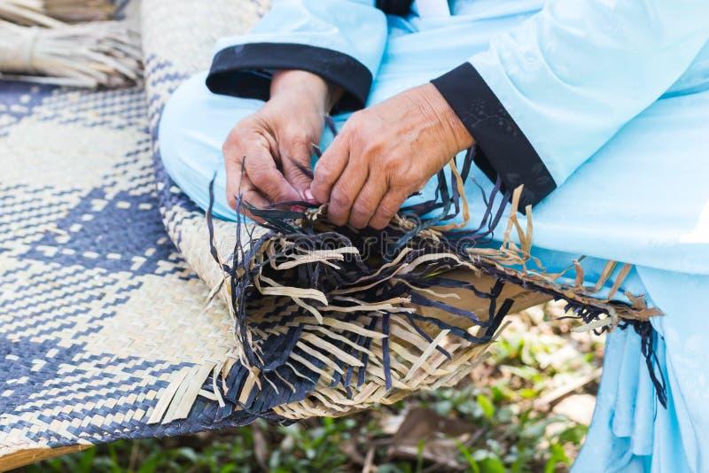 Os aldeões tomaram as listras de bambu ao weave em formulários diferentes para utensílios diários do uso dos povos dos communityâ foto de stock royalty free