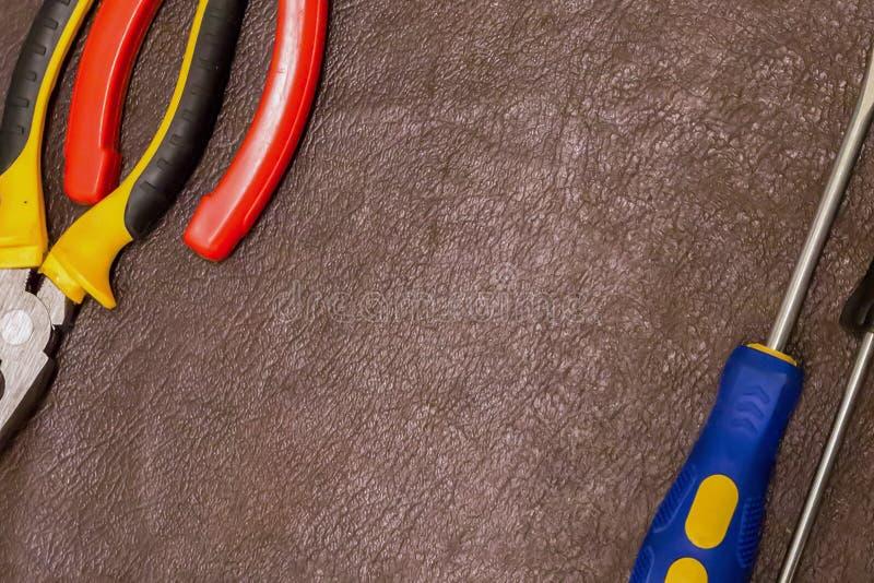 Os alicates ajustados paralelos dos pares seguram o close-up industrial da casa de apartamento do reparo das ferramentas da mão d fotografia de stock