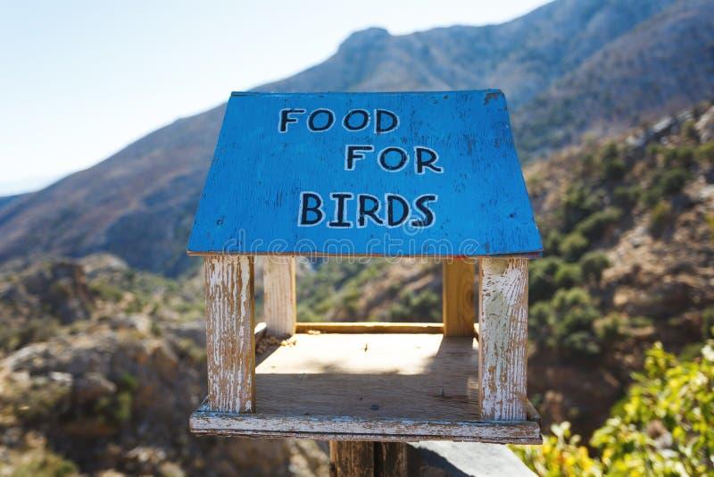 Os alimentadores do pássaro imagens de stock