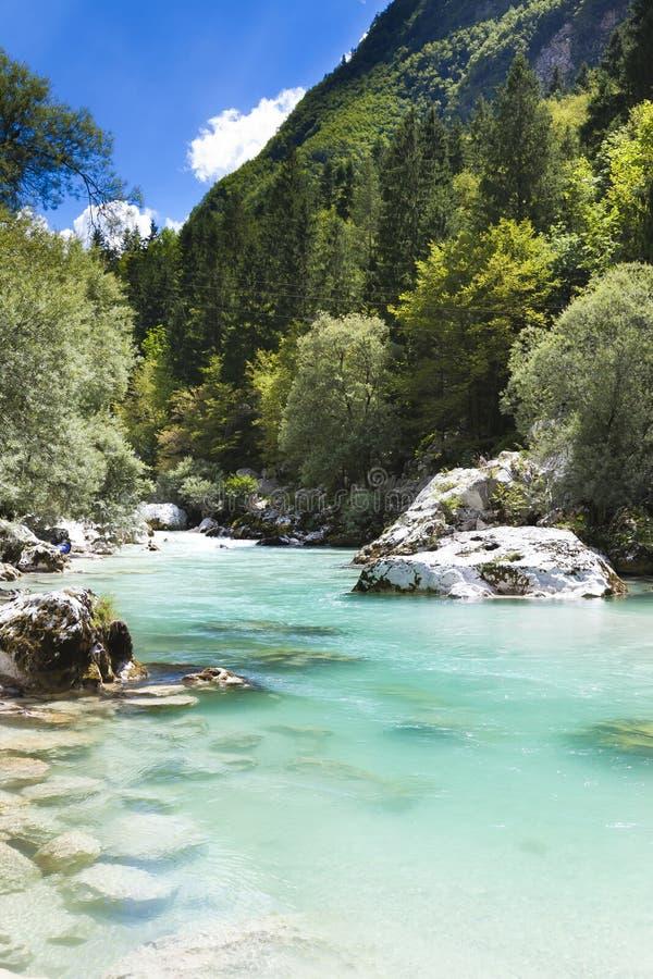 Os alpes julianos no rio de Slovenia - de Soca fotos de stock