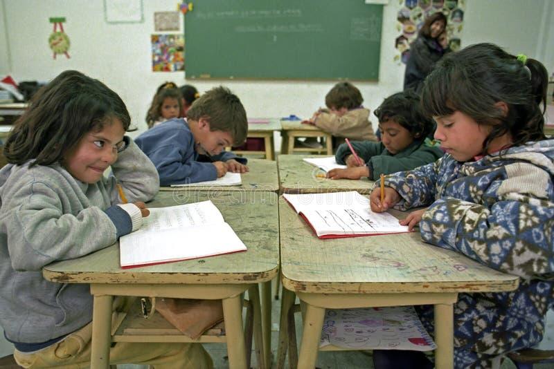 Os alunos da educação têm lições da escrita na sala de aula foto de stock royalty free