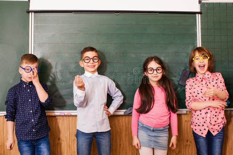 Os alunos frescos nos vidros têm o divertimento junto durante a ruptura fotos de stock royalty free