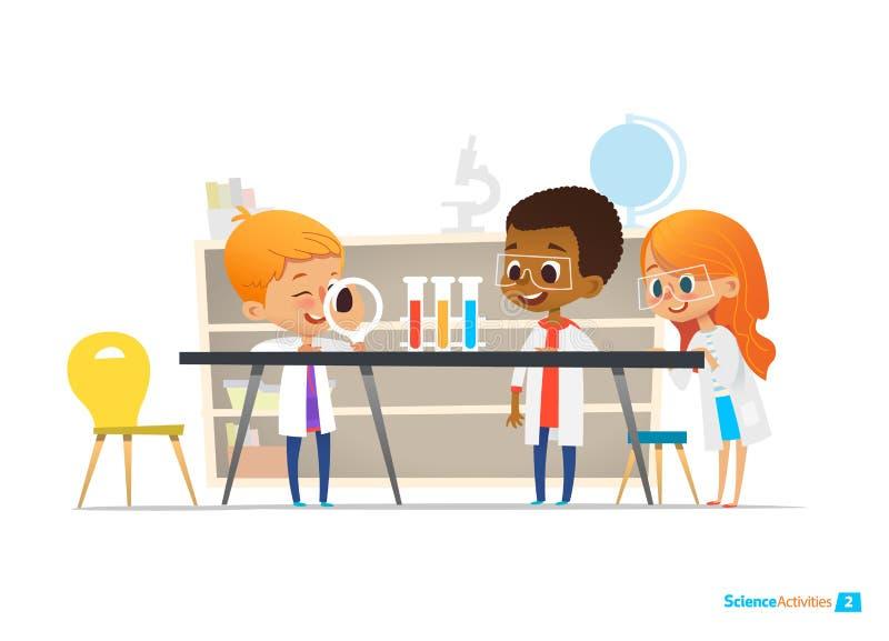 Os alunos na roupa do laboratório e nos vidros de segurança conduzem a experiência científica com produtos químicos no laboratóri ilustração stock