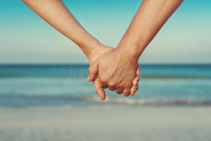 Os amantes acoplam guardar as mãos fotos de stock royalty free