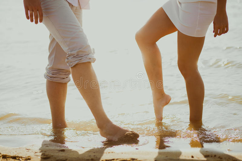Os amantes acoplam-se no mar fotografia de stock royalty free