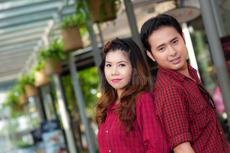 Os amantes adolescentes apreciam em Tailândia imagens de stock royalty free