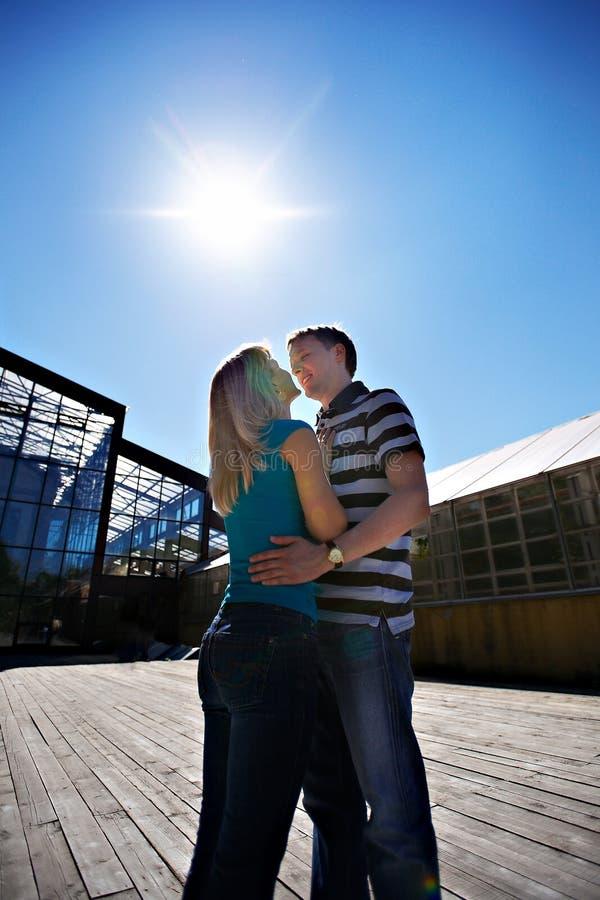 Os amantes equipam e mulher no sol foto de stock royalty free