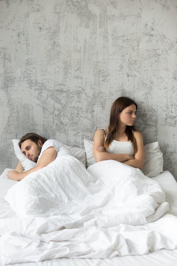 Os amantes virados ignoram-se que tem problemas do relacionamento imagens de stock royalty free