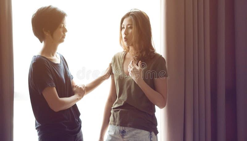 Os amigos asiáticos da mulher da raça misturada escutam problemas fotos de stock royalty free
