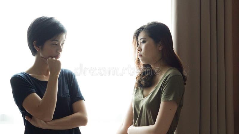 Os amigos asiáticos da mulher da raça misturada escutam problemas imagem de stock royalty free