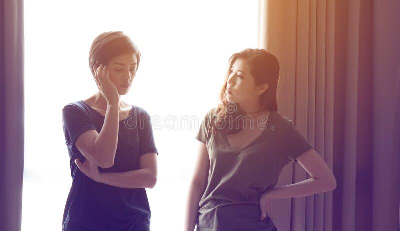 Os amigos asiáticos da mulher da raça misturada escutam problemas imagens de stock royalty free