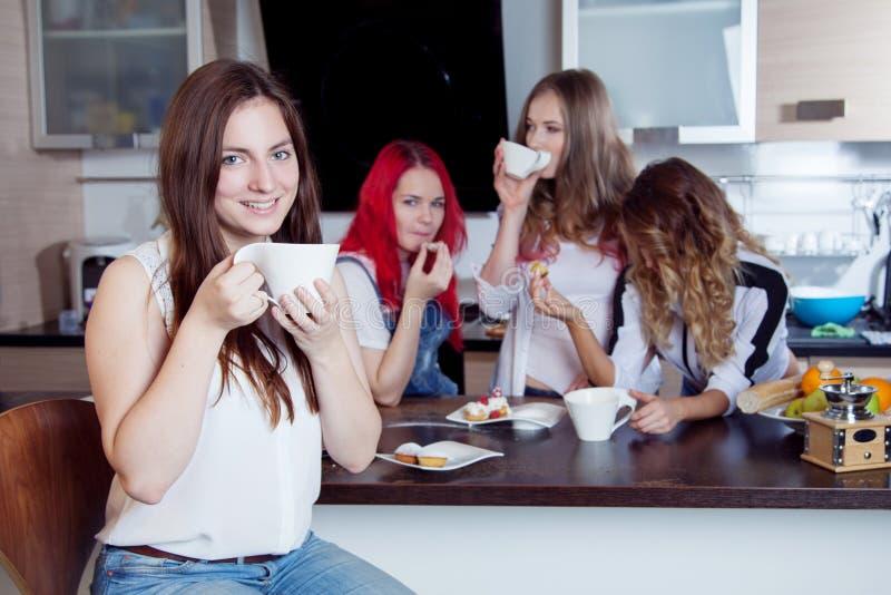 Os amigos bebem o chá e o café na cozinha, retrato fotografia de stock