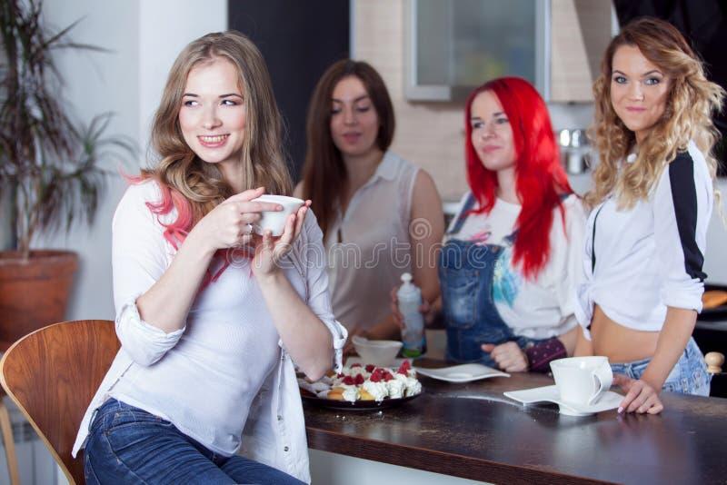 Os amigos bebem o chá e o café na cozinha, retrato imagens de stock royalty free